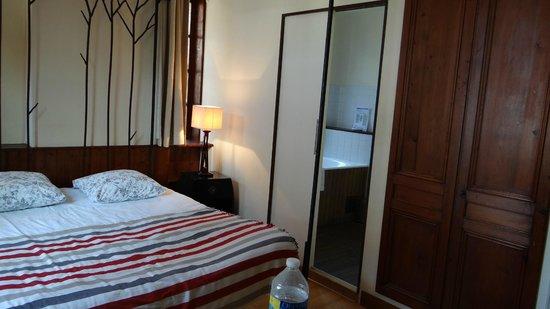 """Hotel La Residence Manoir De La Salamandre : vue d'un bout de la chambre à 139€/nuit """"balnéo"""""""