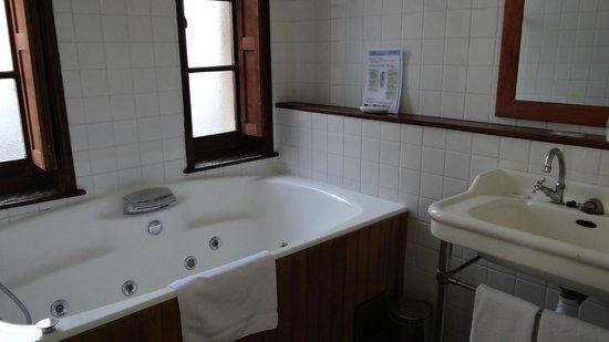 """Hotel La Residence Manoir De La Salamandre : Salle de bain """"balnéo"""""""