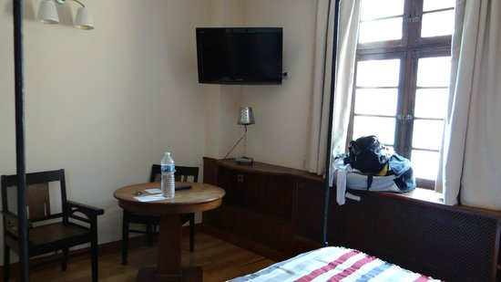 """Hotel La Residence Manoir De La Salamandre: Vue de l'autre bout de la chambre """"balnéo"""" à 139€/nuit"""
