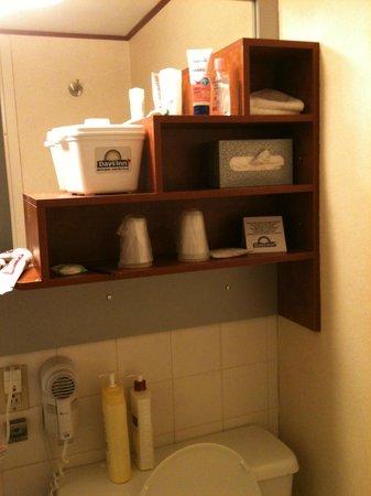 Hotel Chrome Montréal Centre-Ville: Bathroom had many basic things