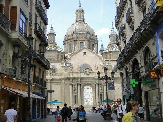 Calle Alfonso I: Al fondo, la imagen de la Basílica, de día