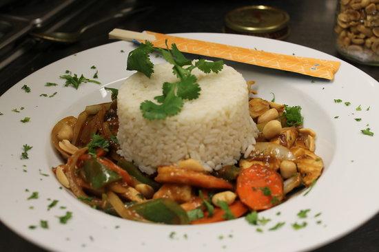 Thai Chicken Rice Bowl - Bild von Denise's Bistro, Pincher Creek ...