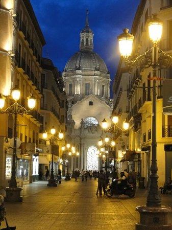 Calle Alfonso I: Al fondo, la imagen de la Basílica, de noche