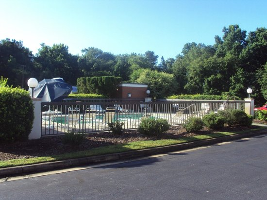 Baymont Inn & Suites Rocky Mount North Battleboro : Swimming Pool area