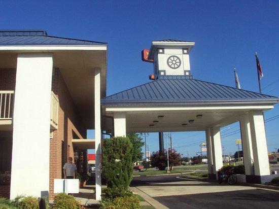 Baymont Inn & Suites Rocky Mount North Battleboro : Building