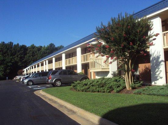 Baymont Inn & Suites Rocky Mount North Battleboro : Rooms & parking lot