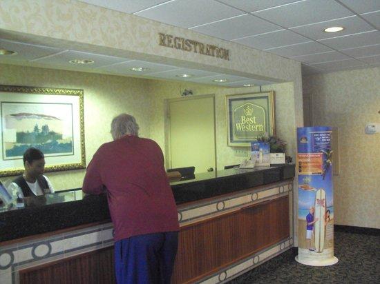 Baymont Inn & Suites Rocky Mount North Battleboro : Front desk
