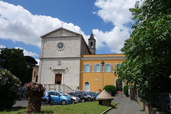 Chiesa San Pietro in Montorio: Exterior - Tempietto is in the yellow wing
