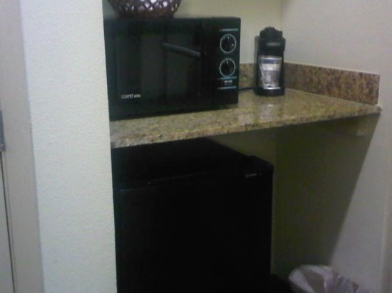 Best Western Plus Blue Angel Inn: Fridge and microwave