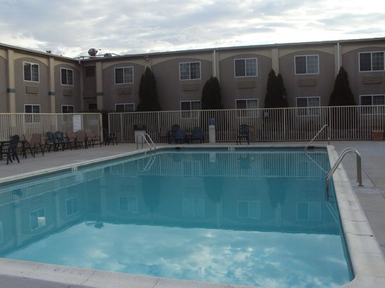 Country Inn & Suites: Swimming pool
