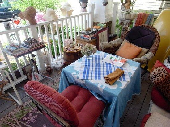 Aunt Beas Little White House B&B: A sunny veranda
