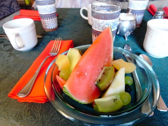 Aunt Beas Little White House B&B: We had a healthy breakfast of fruit bowl