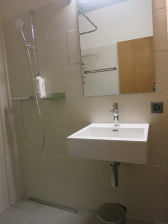 Jugendherberge Interlaken: Interlaken Youth Hostel: Bathroom in Twin Room