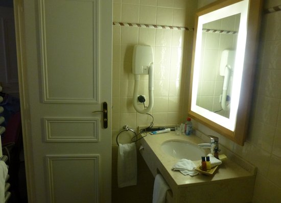 Le Relais Saint-Honore: Bathroom