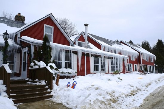 The Vermont Inn: front of the inn with icicles