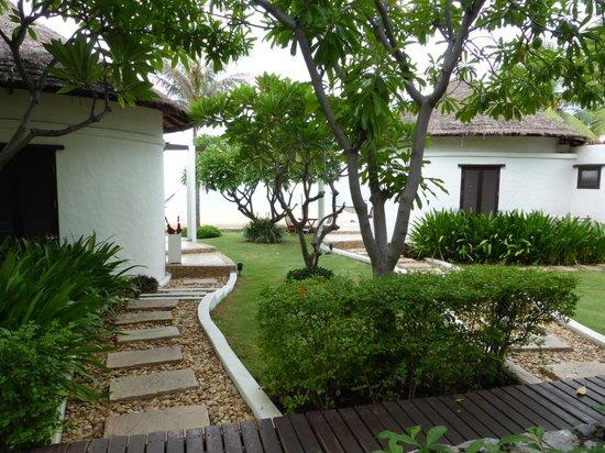 Aleenta Resort Pranburi: Gardens
