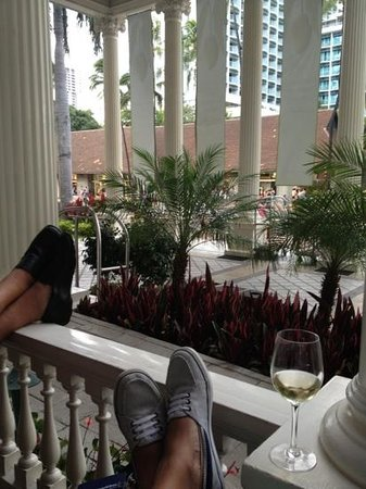 Moana Surfrider, A Westin Resort & Spa: Relaxing on the poarch at Moana Surfrider