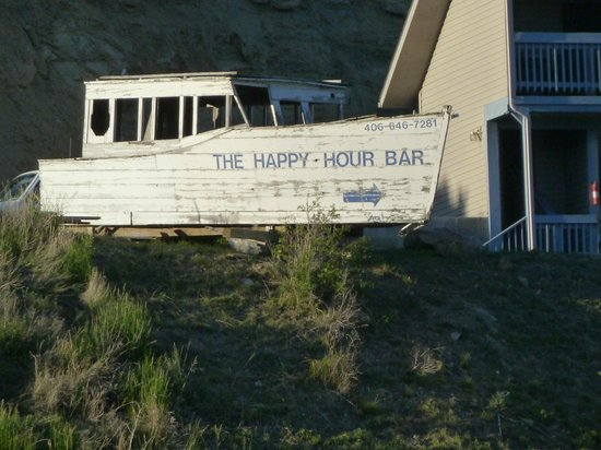 Happy Hour Bar: Thought this landmark was so cute!!