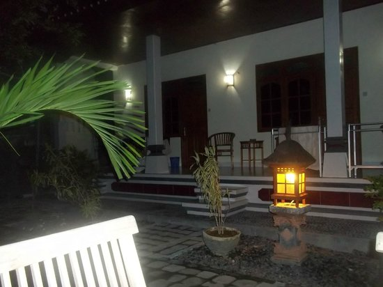 Warung Coco Guesthouse & Bungalows: outside rooms