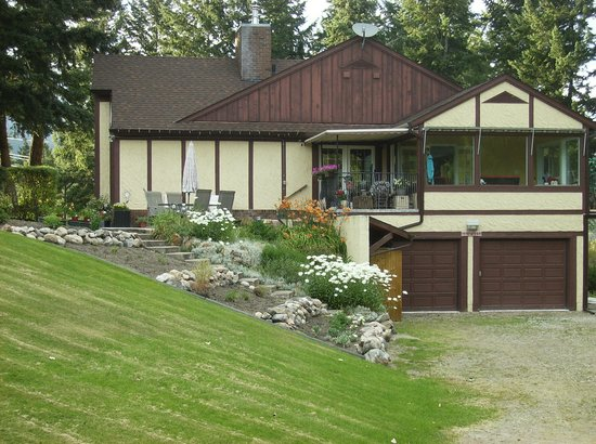 Kal Lake Hideaway Bed & Breakfast Vacation Resort: Side view