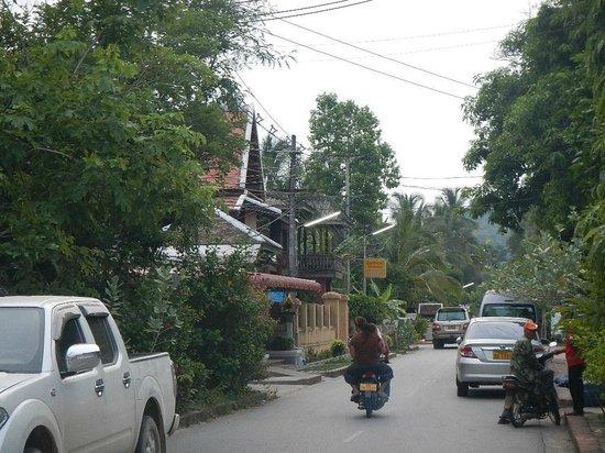 Halolao Backpackers: street to hostel