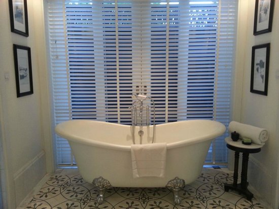 137 Pillars House: Bathtub