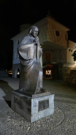 Memorial House of Mother Teresa : The statue of Mother Teresa