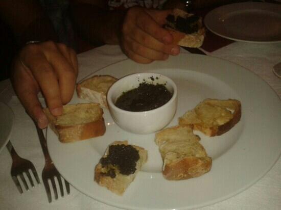 trattoria ottantotto : crostini con patè di olive