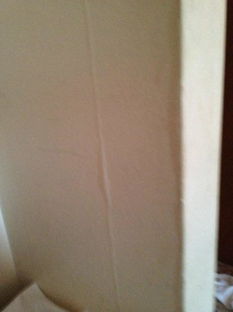 The Green Man Hotel: Cracked walls