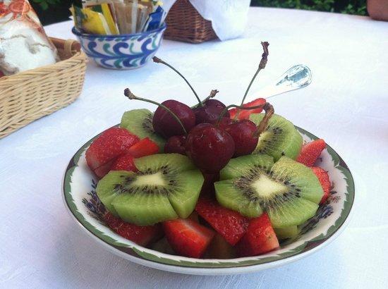 Il Giardino Incantato Bed and Breakfast: Fresh fruit for breakfast