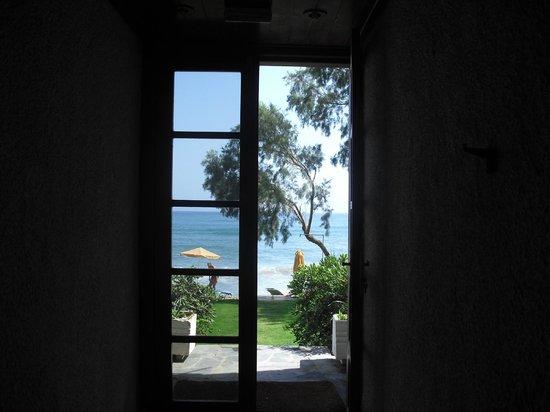 Hotel Kato Stalos Beach: corridoio con accesso alla spaggia