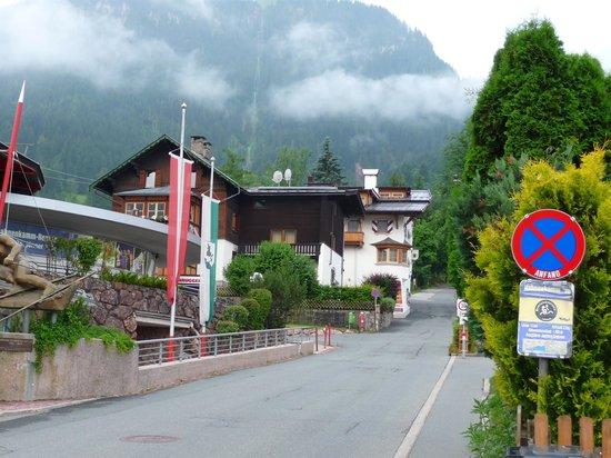 Hotel Kaiserhof Kitzbühel: Hotel from railway station
