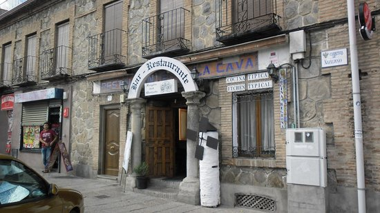 El Fogon Del Quijote: Just opposite the end of  a bridge leading out of town
