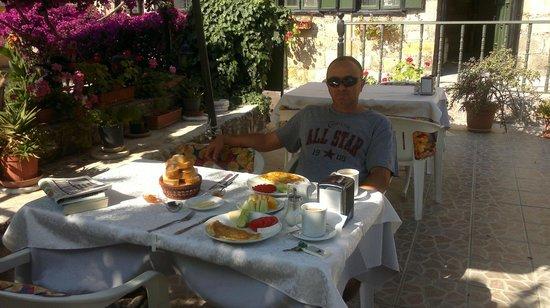 Akasya Motel: Breakfast in the garden.
