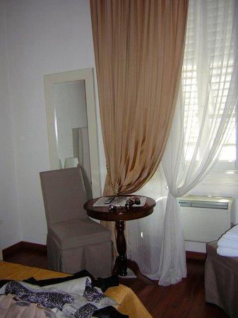 Magnifico Messere: Il tavolino con l'ampia finestra