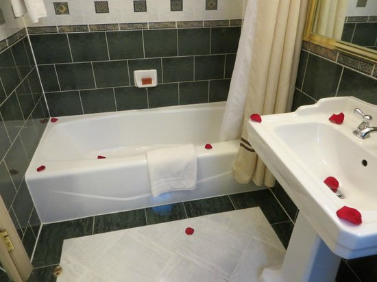 Casablanca Hotel by Library Hotel Collection: Bathroom