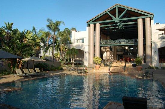 Mercure Nelspruit: Blick vom Pool in die Eingangshalle