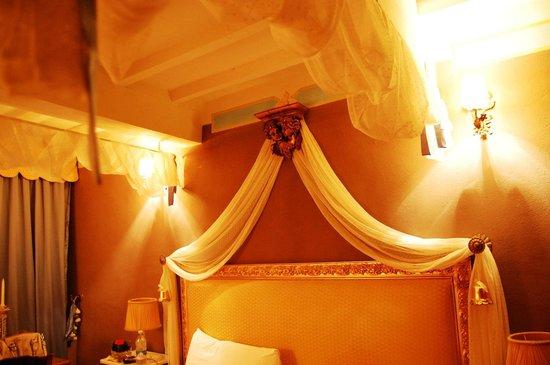 Il Giardino Segreto: letto con baldacchino
