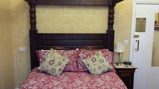 Raincliffe Hotel: Our beautiful four post bed