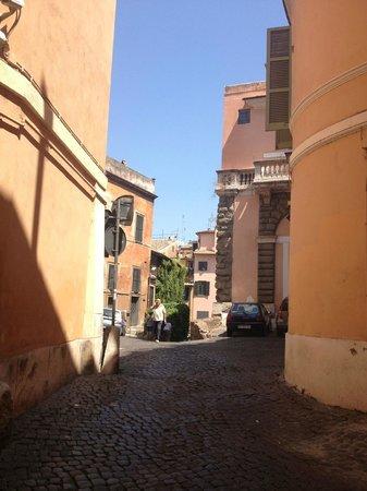 Arco del Lauro: Via dell'Arco de Tolomei - quiet street in Trastavere