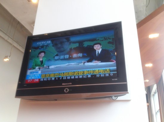 Holiday Inn Express Beijing Wangjing : Only chinese tv on the 8+ TVs in the dining area.