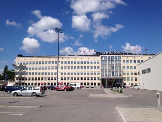BEST WESTERN PLUS STHLM Bromma: voorzijde hotel + parkeerplaats