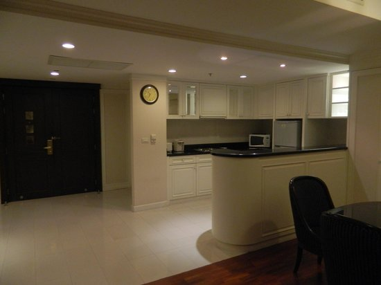 Centre Point Hotel Silom: Entry and kitchen with the 3rd bathroom just beside the entry