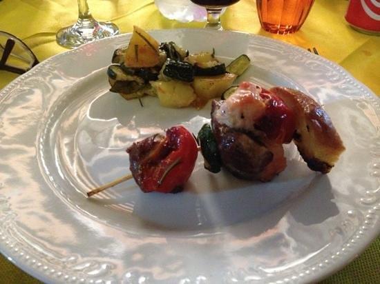 Agriturismo Il Vecchio Maneggio: brochette et légumes..jusqu'à plus faim !