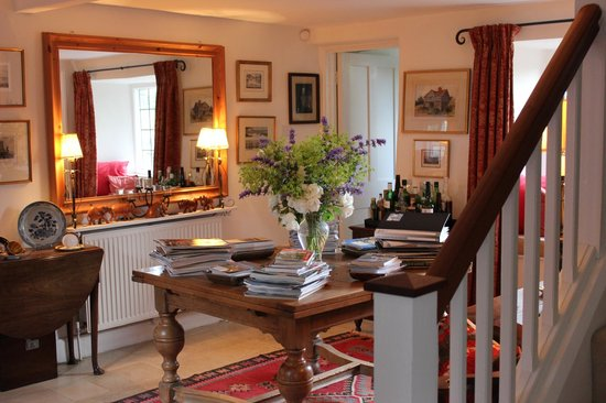 Wren House Bed & Breakfast: Lots of good Brit mags and travel guides to peruse
