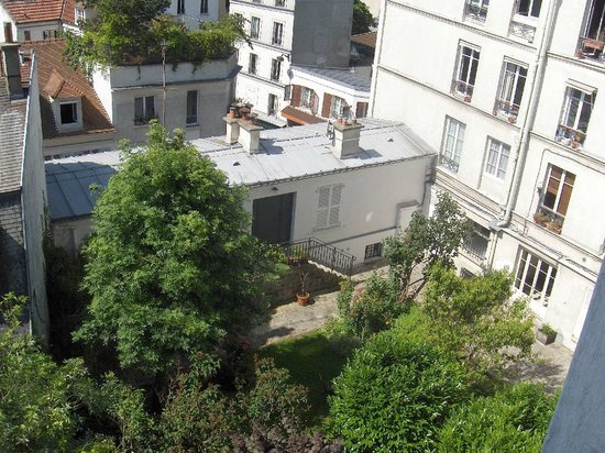Une Chambre a Montmartre: View of courtyard