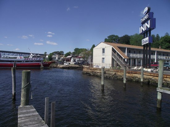Thames Inn and Marina: View of Motel from dock