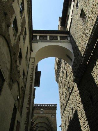 Palazzo Vecchio on right, Uffizi on left and beyond ...