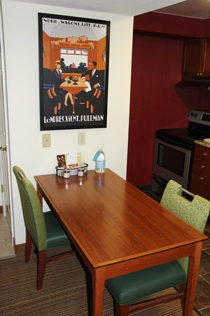 Residence Inn Portland Downtown/Lloyd Center: Dining table