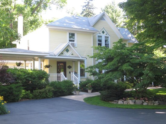 Bellaire Bed and Breakfast: Inviting Entry from tree lined drive